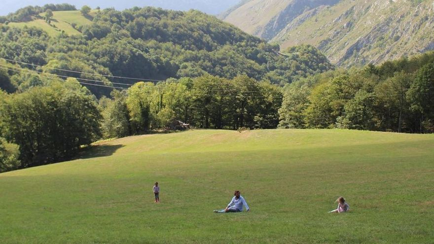 """Rocío Monasterio, de vacaciones en Asturias: se """"atiza"""" una fabada y un cachopo tras un día en los Picos"""