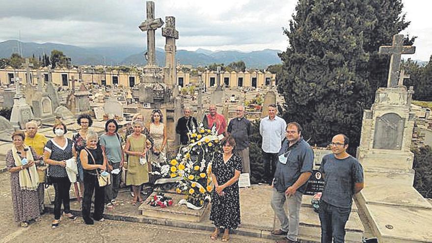 Ofrenda floral en Santa Maria en memoria de Mossèn Joan Parets i Serra