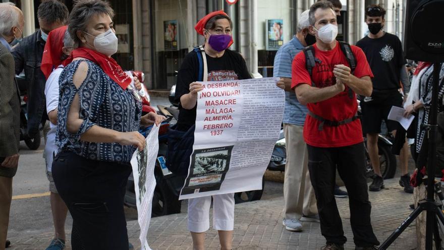 Unas 150 personas reclaman ante el TSJB el derribo del «mamotreto» de sa Feixina