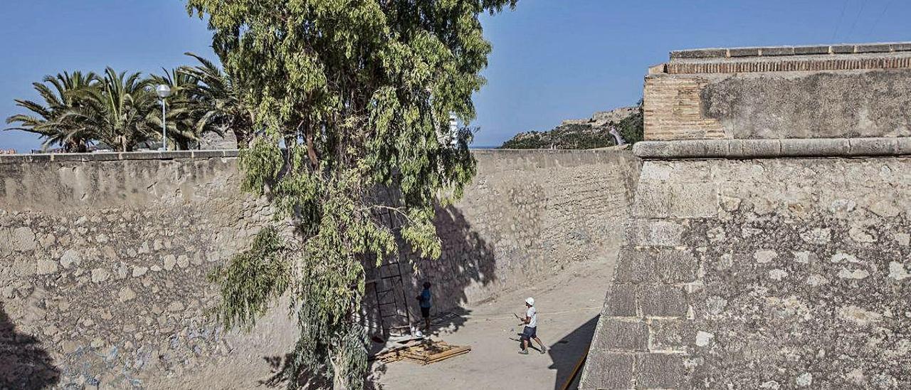 La zona donde estaba el puente derribado, sobre el foso, que permitía el acceso al Castillo. PILAR CORTÉS