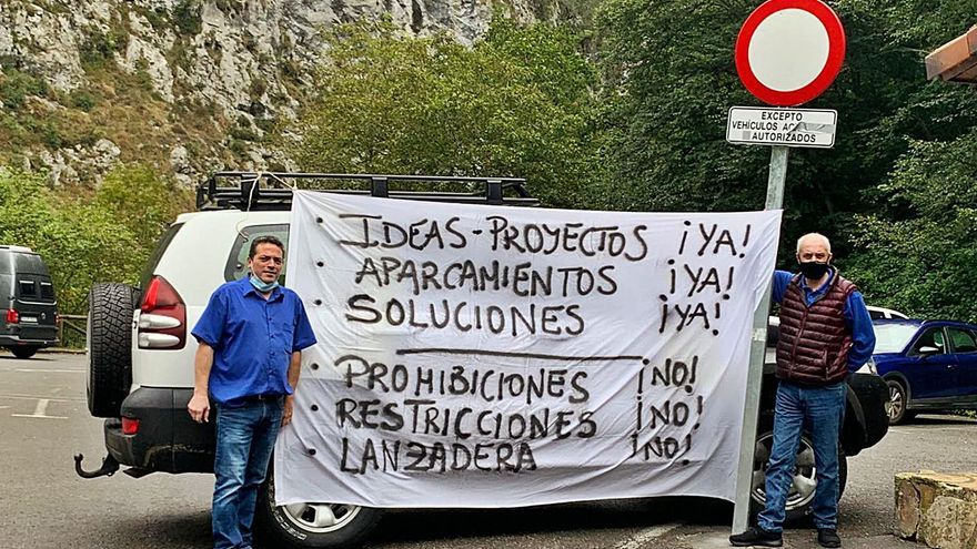Hosteleros de Cabrales reclaman un proyecto para paliar la falta de aparcamiento en Poncebos