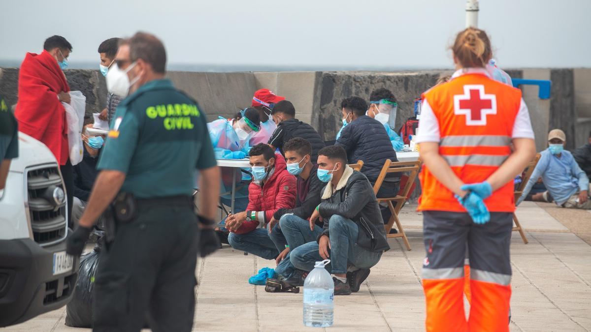 Sanitarios atienden a los ocupantes de una patera que llegó hace unas semanas a Tenerife.