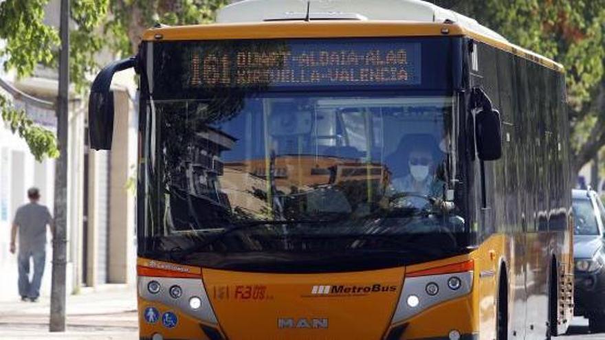 Instan al Consell a licitar los buses metropolitanos tras dos años de retraso