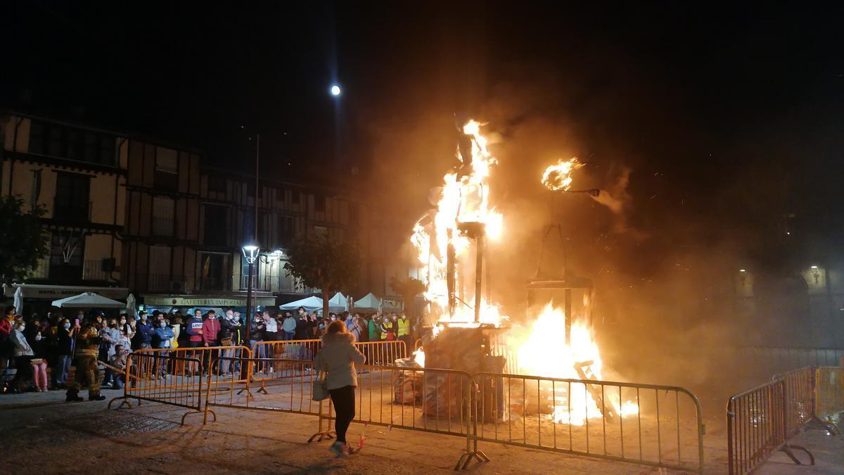 Vecinos observan una de las hogueras prendidas en Toro durante la noche de San Juan