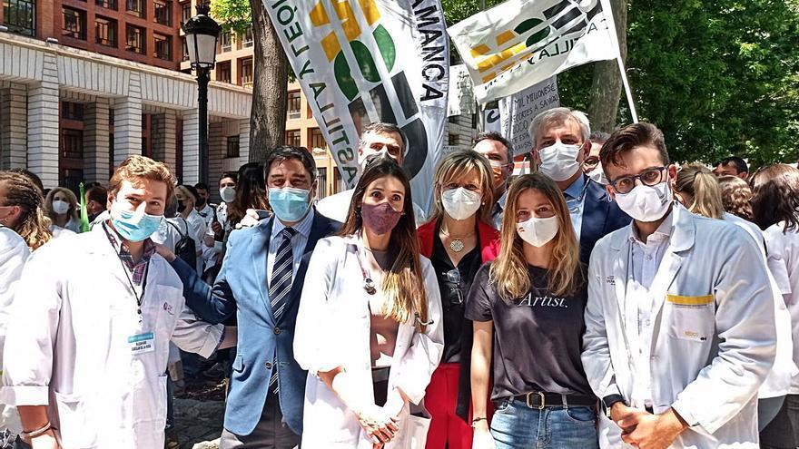 Un centenar de médicos murcianos protestan ante el Ministerio