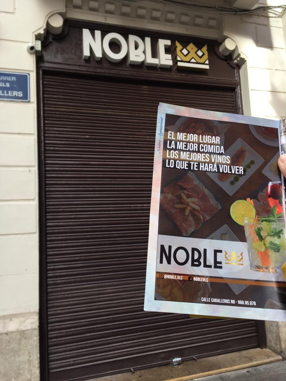 El original apoyo de la falla del Negrito a su hostelería