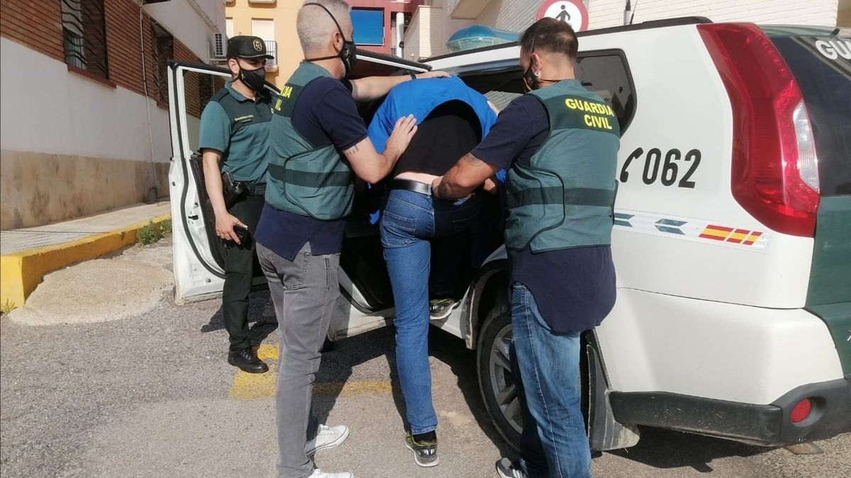 Imagen del detenido entrando en un coche de la Guardia Civil