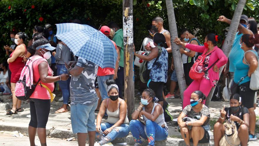 "Cientos de cubanos salen a las calles clamando ""libertad"""