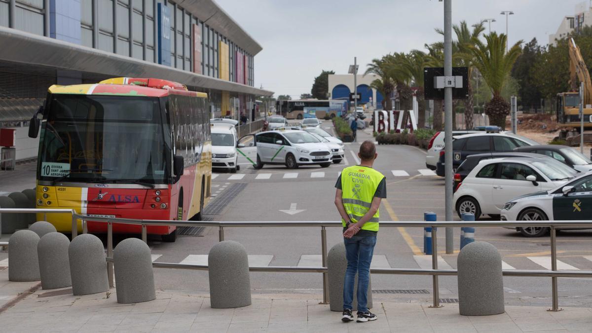 Un incendio deja a oscuras el aeropuerto de Ibiza