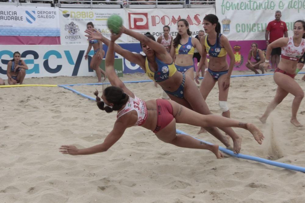 El balonmano playa reina en Bueu. // Santos Álvarez
