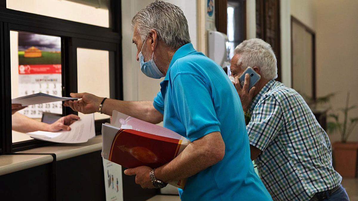 Venancio Santos y Artemio Pérez registran las alegaciones contra el traslado de la ORA.
