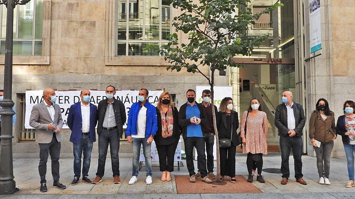 Representantes de todos los grupos políticos acudieron a rubricar la iniciativa. |   // FERNANDO CASANOVA