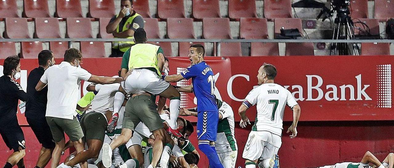 Los jugadores del Elche celebran el gol de Pere Milla.