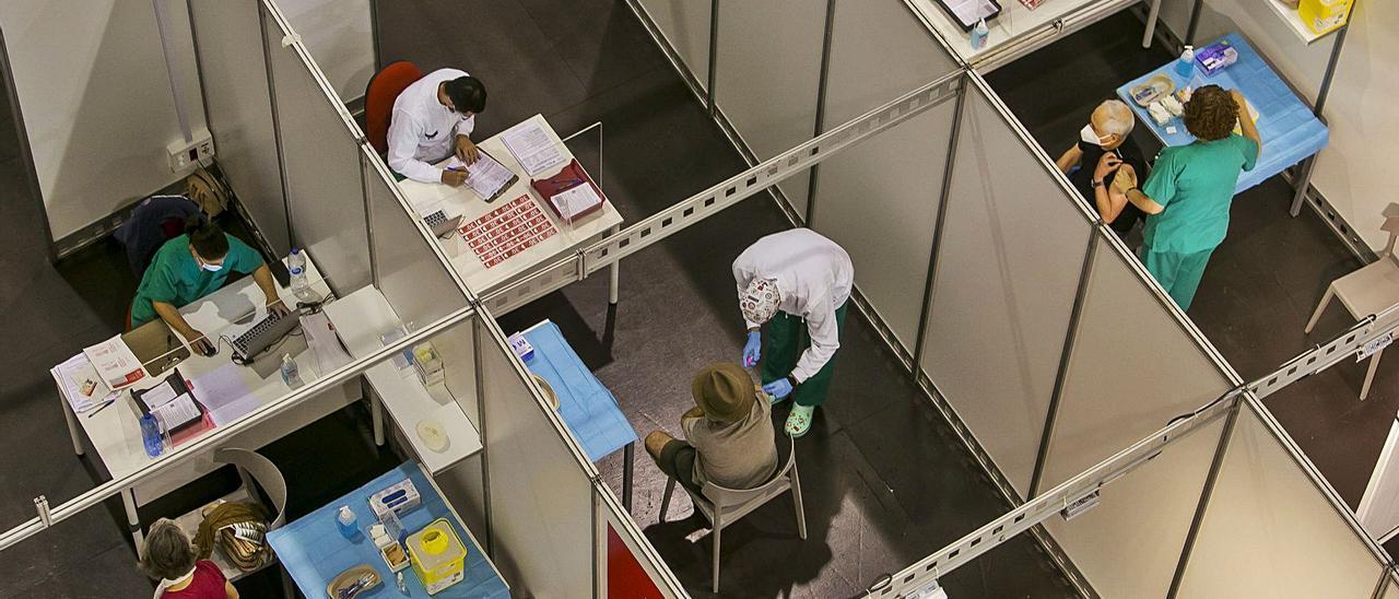 Vacunación en las instalaciones de Ciudad de la Luz, en una imagen tomada días atrás. | HÉCTOR FUENTES