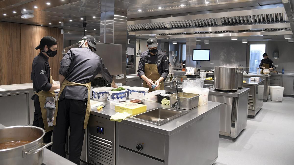 Cocina de Cobo Estratos, uno de los restaurantes reconocidos por la Guía Repsol.