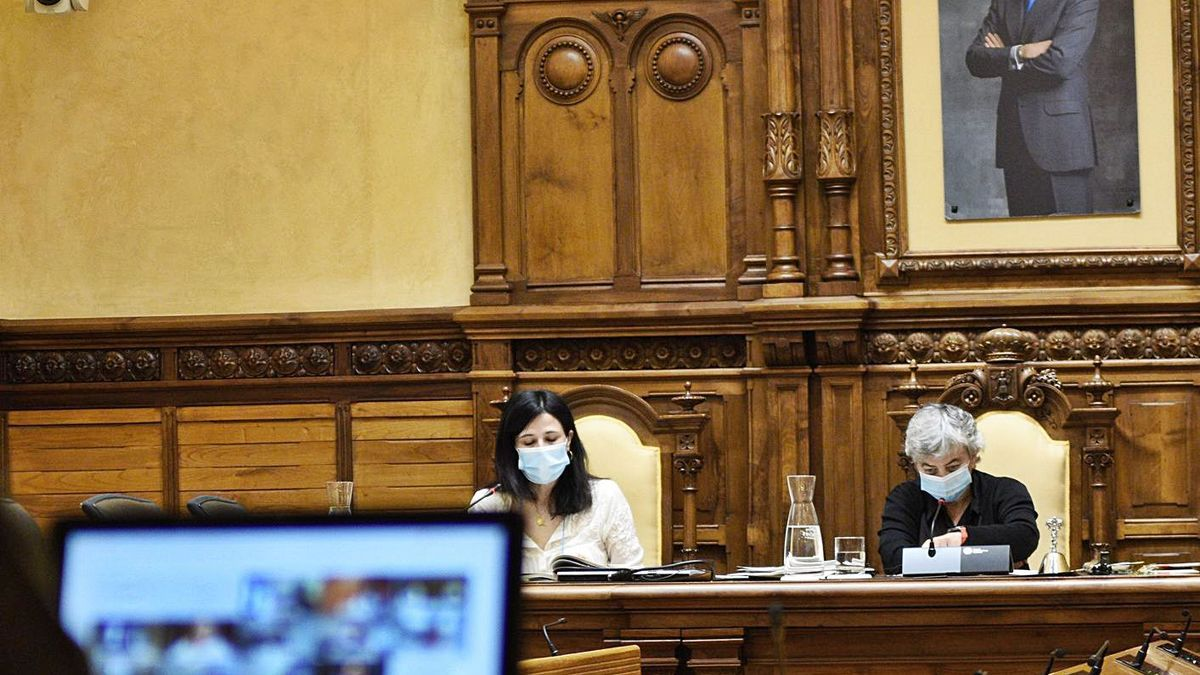 La alcaldesa, Ana González, junto a la secretaria de Pleno, Inmaculada Fernández Gancedo, en el salón de plenos en una sesión que el resto de ediles siguieron por vía telemática.   Efrén Tomás