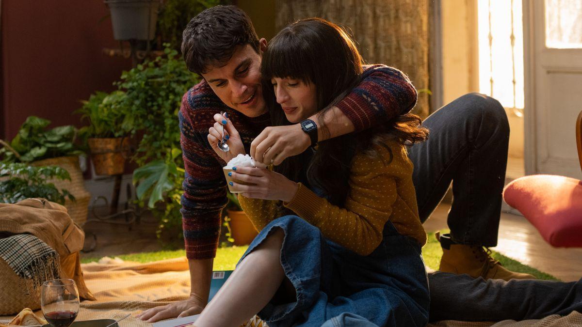 Álex González y María Valverde, en una secuencia de la película 'Fuimos canciones'.
