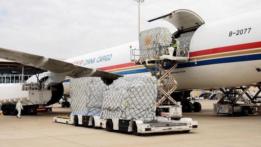 Un avión chino llega a Zaragoza cargado de mascarillas y respiradores para Valencia