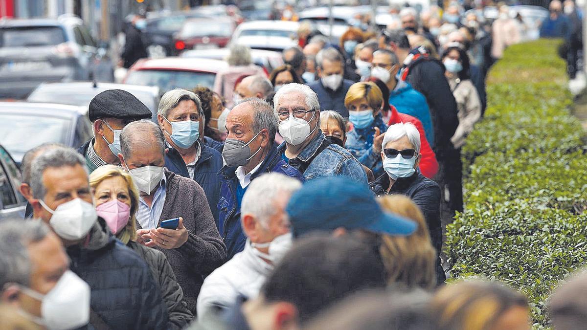 Varias personas esperan para ser vacunadas contra el covid.