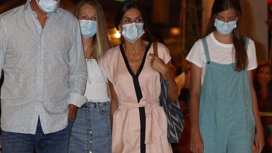La reina Letizia escoge un bolso de 'roba de llengües' fabricado en Mallorca en la cena del Txoko