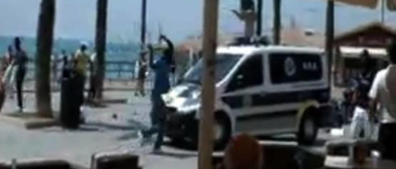 Imagen del vídeo de la agresión en la que se aprecia un vendedor arrojando una silla.