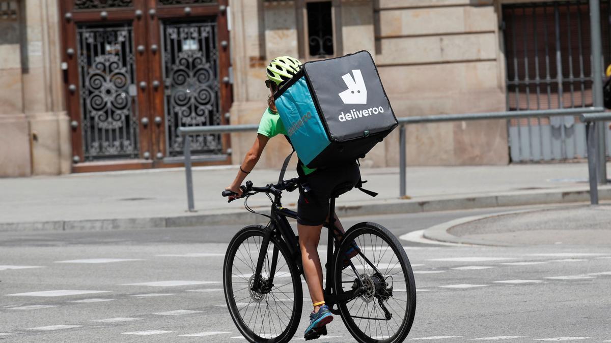 Una repartidora de la empresa Deliveroo.