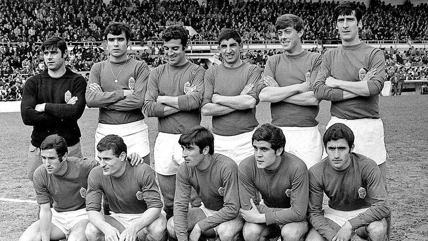 Poladura, tercero por la izquierda en la fila de arriba, en una alineación del Oviedo de la temporada 68/69