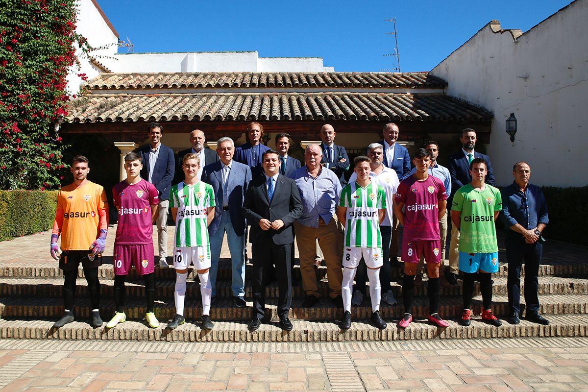Pepe Escalante y Perico Campos junto a las autoridades en la presentación de las equipaciones de la temporada 2021-22