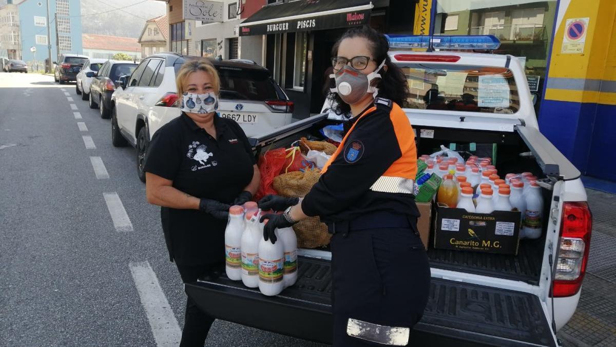 Entrega de los alimentos de la pizzería Piscis a Protección Civil de Moaña.//Fdv