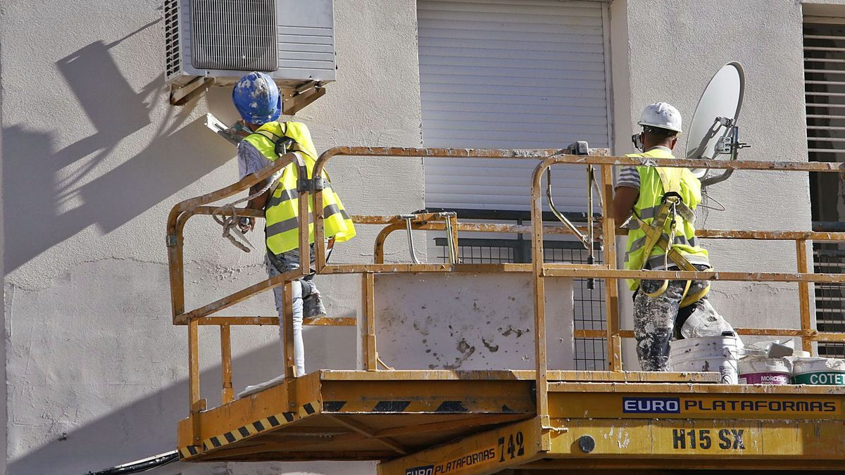 Dos trabajadores de la construcción.