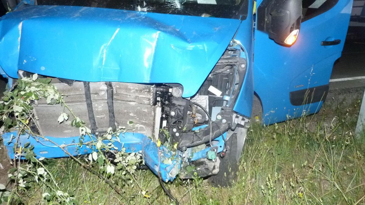 La part frontal de la furgoneta accidentada a la Jonquera.