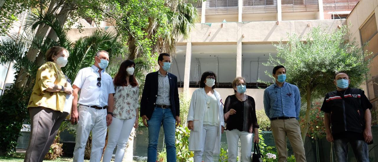 La visita del alcalde Rubén Alfaro a la residencia El Catí de Elda en su 30 aniversario.