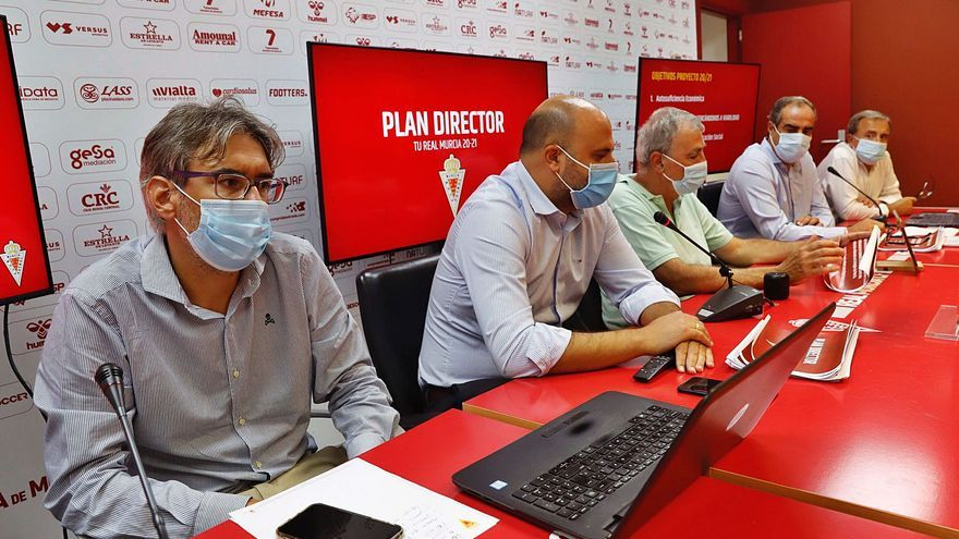 Acorralados y atrincherados en el Real Murcia