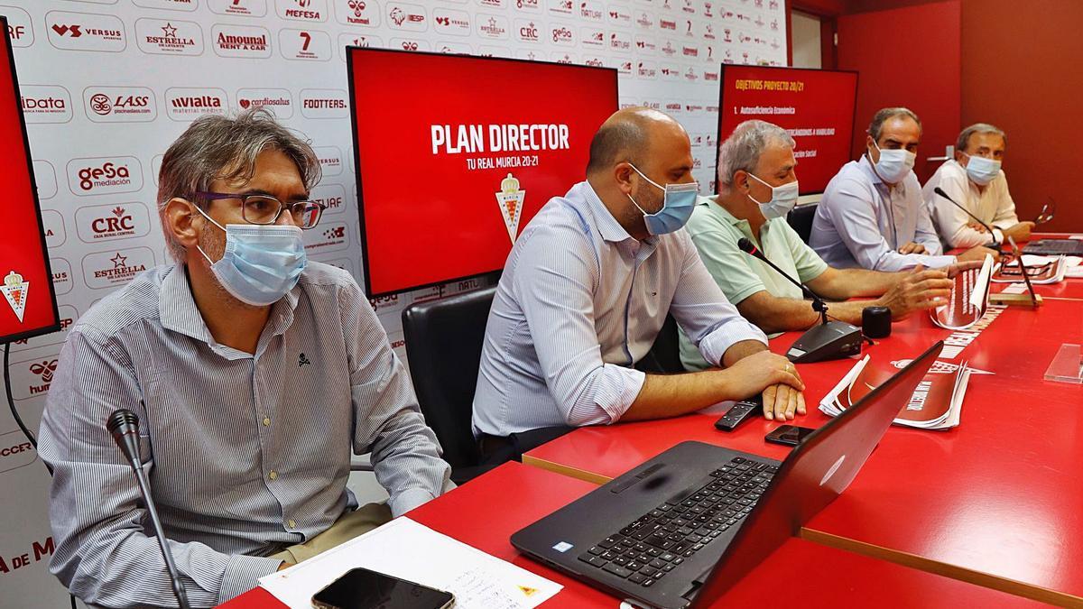 Francisco Tornel y sus consejeros en una rueda de prensa celebrada en Nueva Condomina.