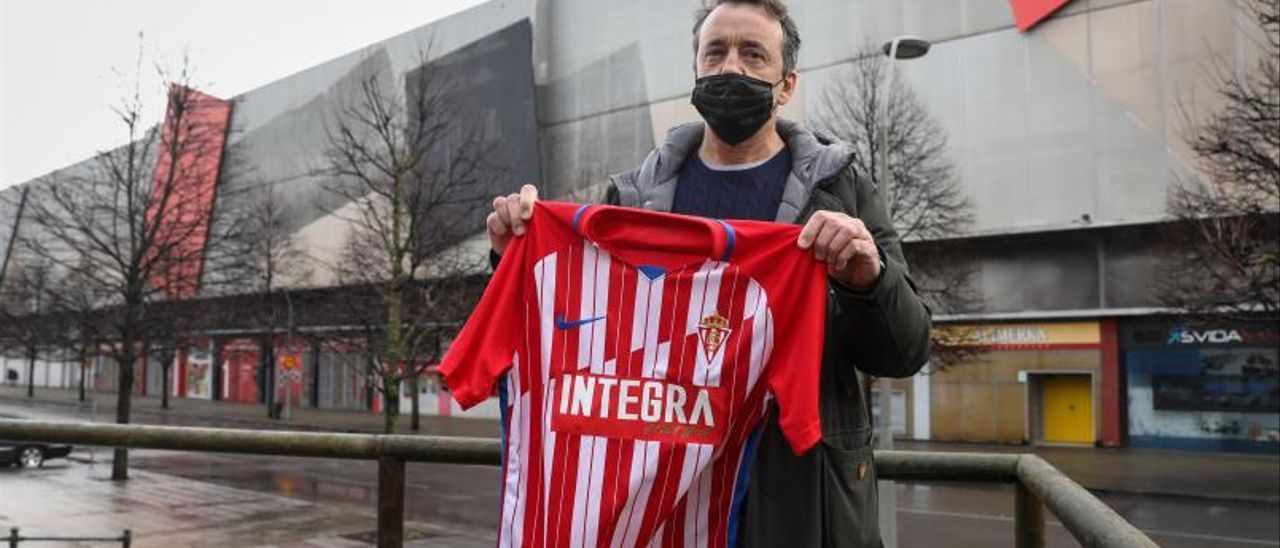 Iván Iglesias, con una camiseta del Sporting ante El Molinón.  Juan Plaza