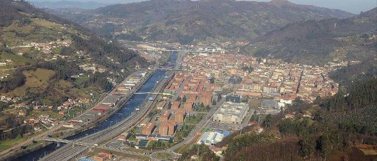 Vista aérea del casco urbano de Mieres, donde se aprecia también el río y la autovía.