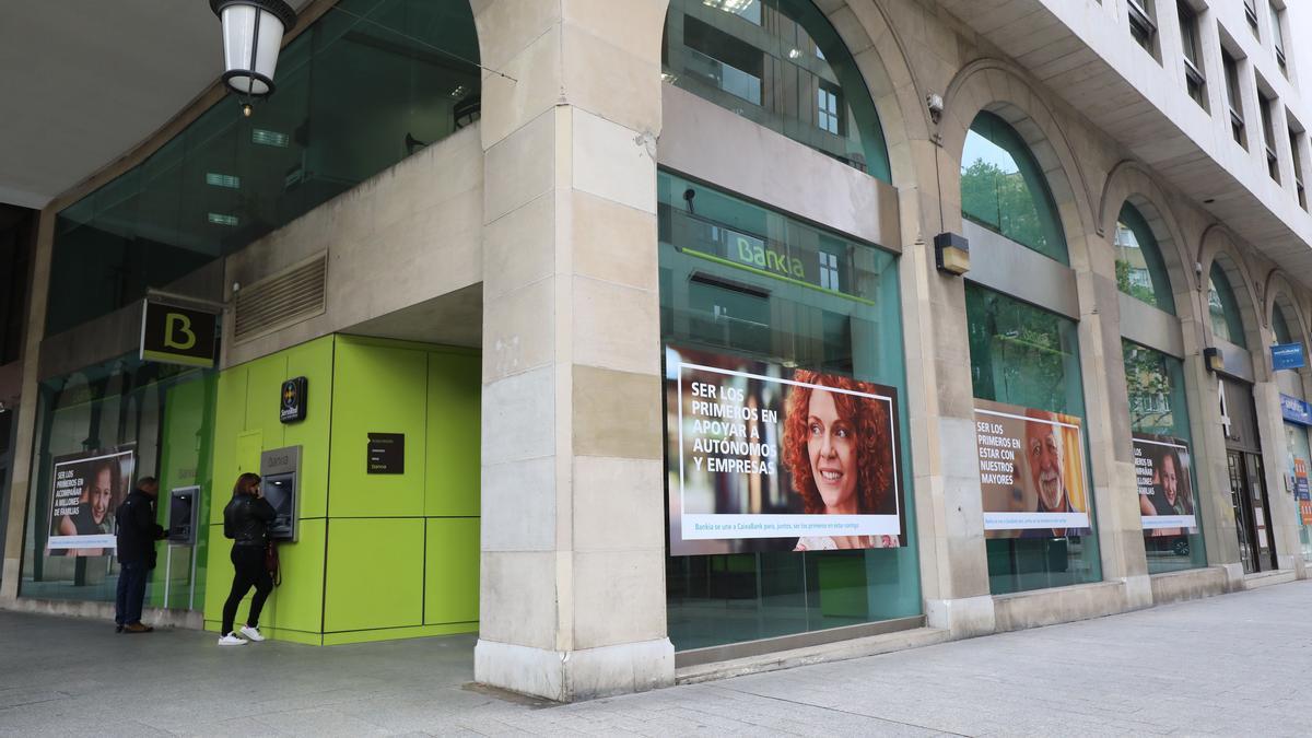 La oficina de Bankia situada en la plaza Aragón de Zaragoza, la entidad absorbida recientemente por CaixaBank
