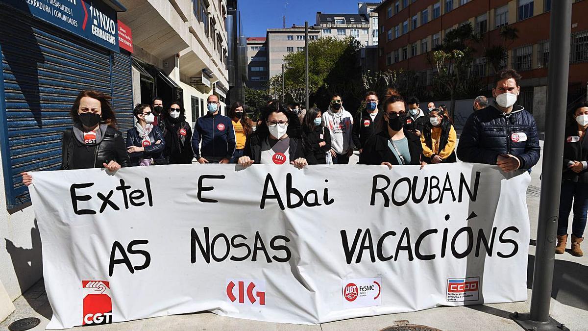 Protesta de trabajadores de Extel, ayer ante el SMAC en A Coruña.     // CARLOS PARDELLAS