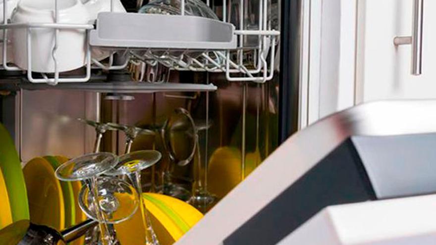 ¿Conoces el motivo por el que no debes aclarar los platos antes de meterlos en el lavavajillas?