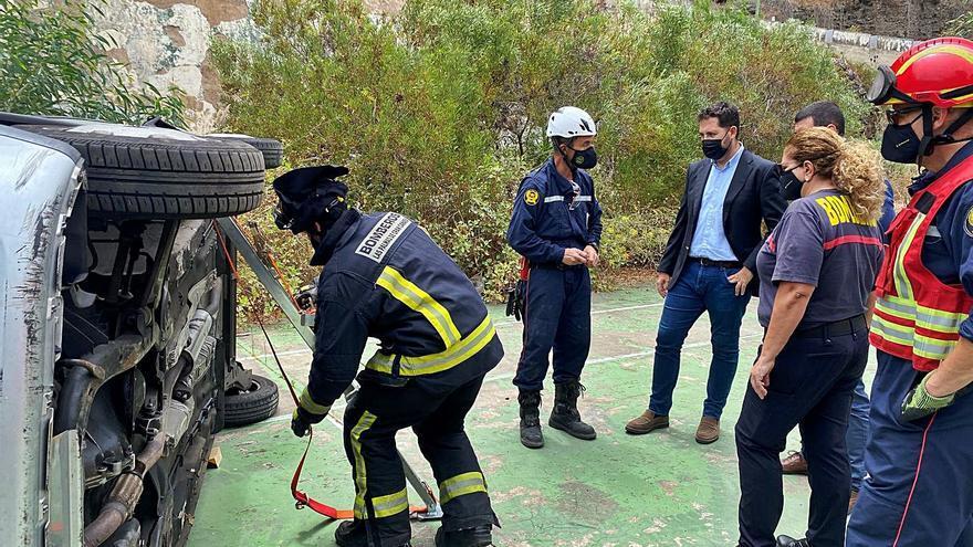 Los bomberos reciben un curso de rescate en accidentes de tráfico