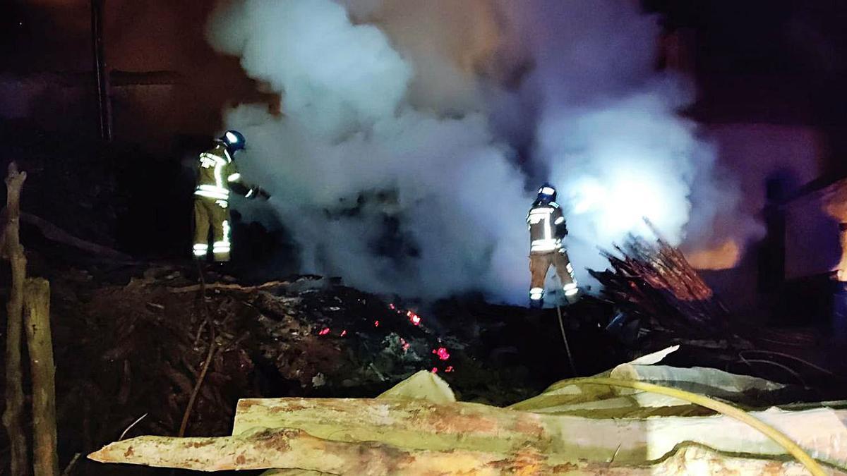 Dos momentos de la intervención de los bomberos en el incendio en un corral de leña de Tagarabuena. | Bomberos Toro