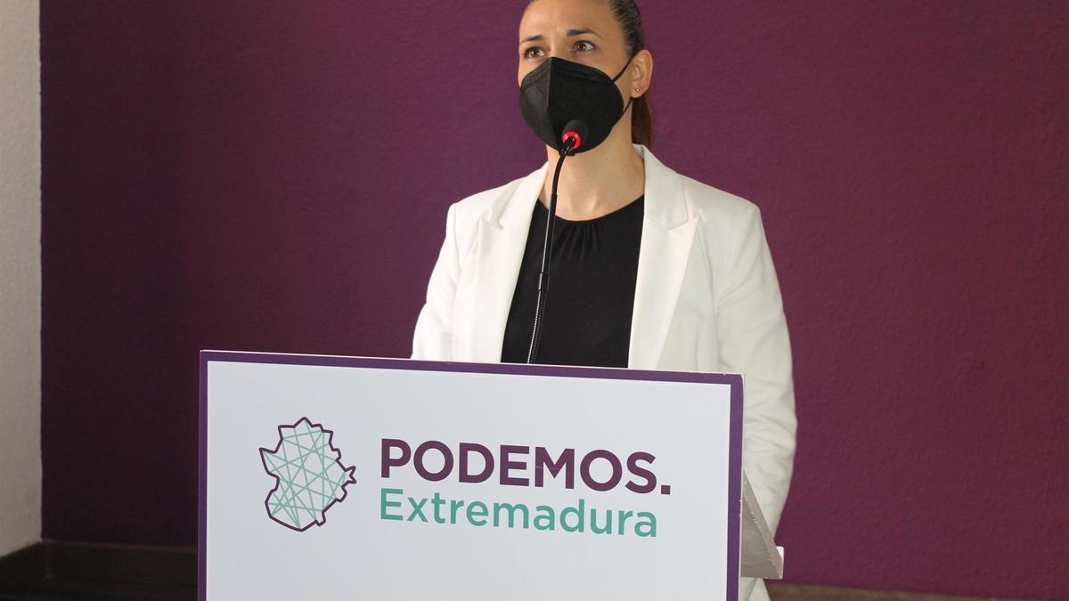 La portavoz de Podemos Extremadura, Mavi Mata, en rueda de prensa