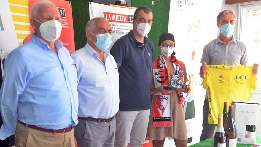 Javier Guillén, director de la Vuelta a España, homenajea al Arosa y a Rafa Sáez por su ascenso a Segunda RFEF