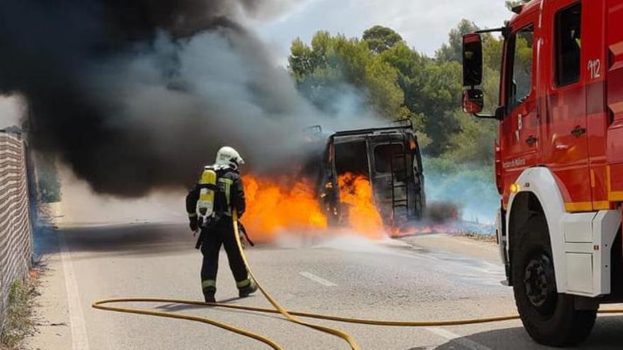 Un incendio destruye una furgoneta junto a la autopista de Llucmajor