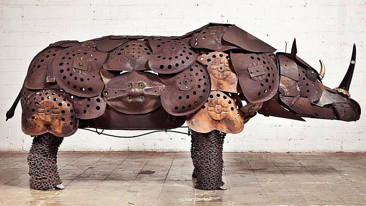 La escultura de un rinoceronte hecho con metal por Aparici.