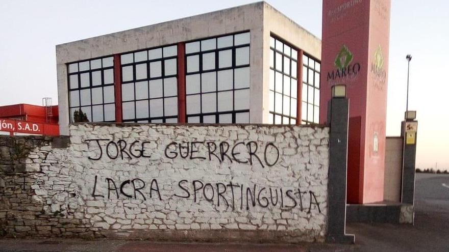 Pintadas en Mareo en contra de la entrada de Jorge Guerrero en el Sporting