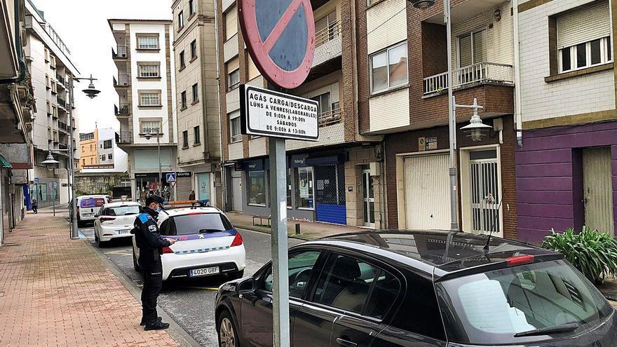 """La Policía de Cangas no da tregua por aparcar en """"carga y descarga"""" y suma cien multas este mes"""