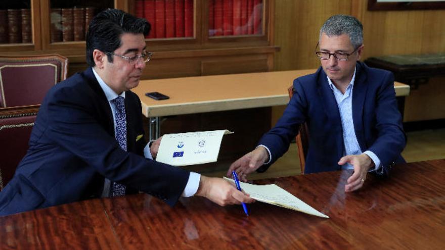 Martín firma un convenio con Acuaes que acabará con los vertidos en Tenerife