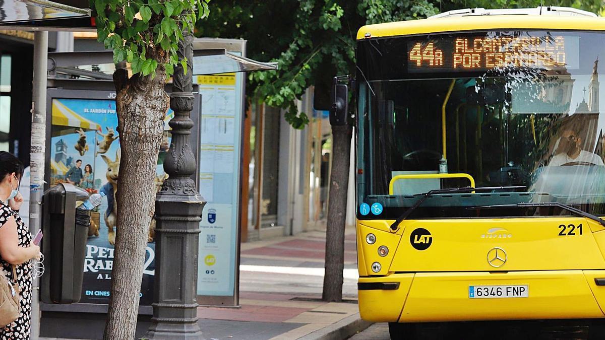 Un autobús de la línea 44 en una parada de la Gran Vía de Murcia. | JUAN CARLOS CAVAL