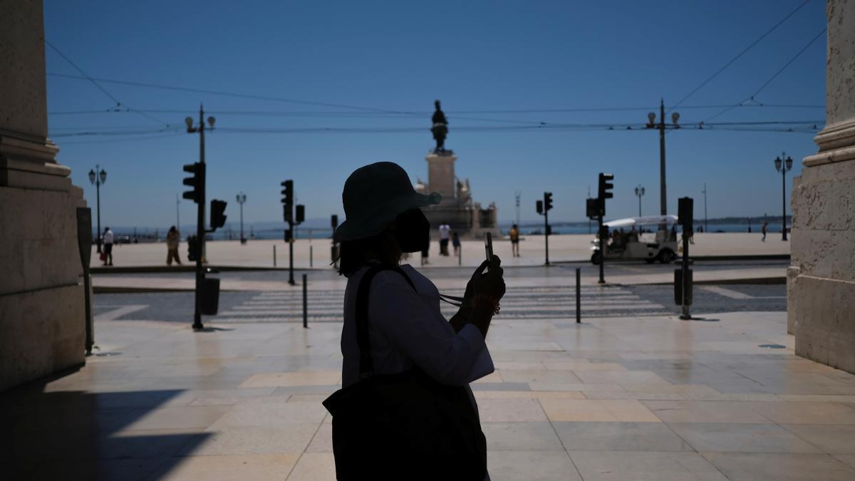 La plaza del Comercio de Lisboa amanece vacía de turistas